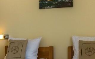 lampki-przy-lozkach-hotelowych