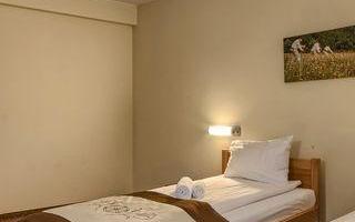 pokoj-hotelowy-z-dwoma-lozkami-i-obrazem