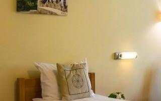 pokoj-hotelowy-z-zaslonami