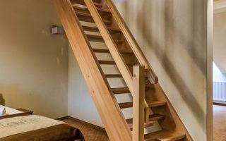 schody-w-pokoju-hotelowym