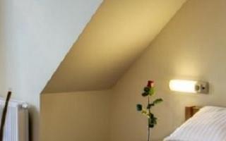 reczniki-na-podwojnym-lozku-w-hotelu