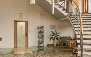 schody-z-recepcji-hotelu