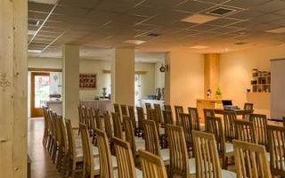 sala-konferencyjna-krzesla-przemowienie